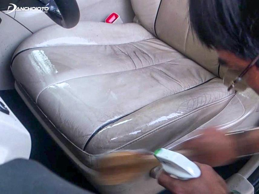 Đối với việc vệ sinh ghế da ô tô cần có những vật dụng vệ sinh chuyên dụng