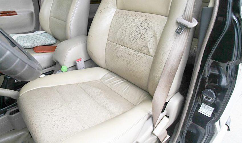 Tránh để các vật nhọn chọc thủng ghế da làm mất thẩm mỹ của xe