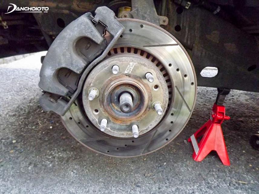 Tháo bánh xe trước khi thay má phanh