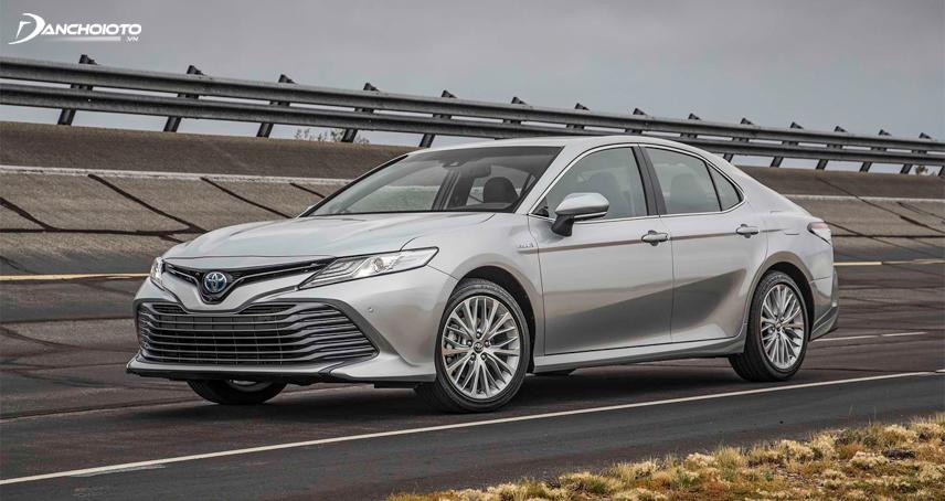 """Toyota Camry 2018 thế hệ mới được """"lột xác"""" từ thiết kế đến động cơ"""