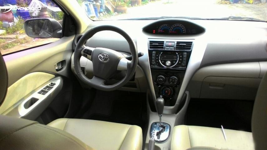 Cụm đồng hồ của Toyota Vios thế hệ thứ 2 vẫn được đặt ở vị trí chính giữa taplo