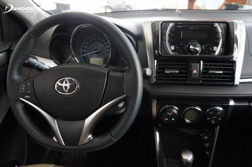 Toyota Vios thế hệ thứ ba có cụm đồng hồ đã được chuyển về phía sau vô lăng