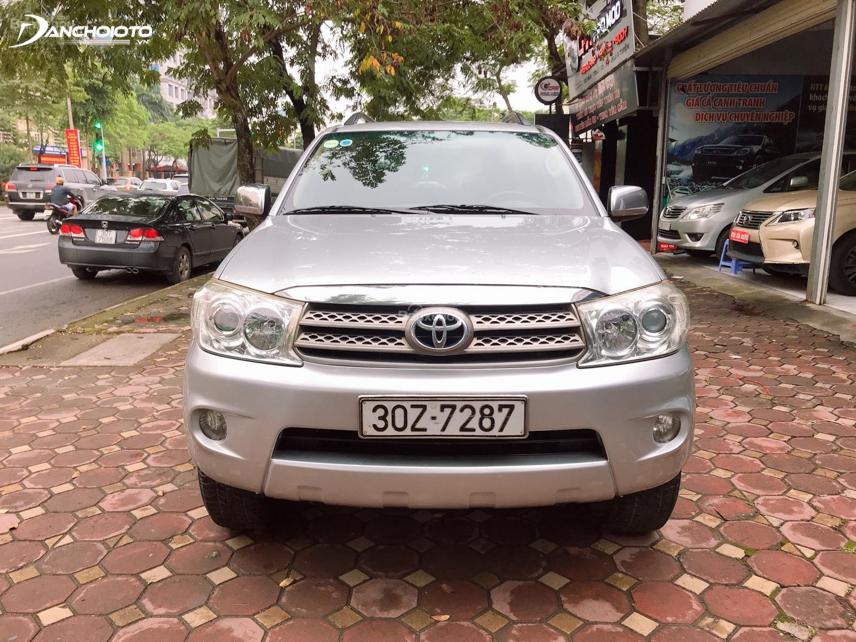 Calang các đời xe Fortuner đầu tiên tại Việt Nam có kiểu xếp 2 tầng bảng to
