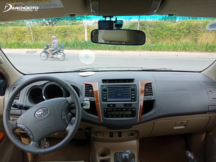 Ở thế hệ đầu tiên, Toyota Fortuner được trang trí bằng chi tiết ốp gỗ ở bảng điều khiển trung tâm