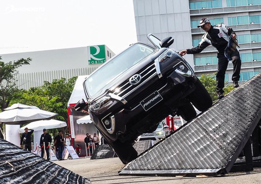 Toyota Fortuner hiện đã có hệ thống ổn định thân xe nhằm hạn chế tình trạng lật