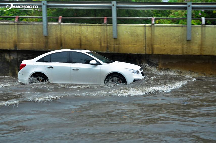Mức nước không cao quá 20 cm thì xe ô tô có thể đi qua đoạn đường đó một cách an toàn