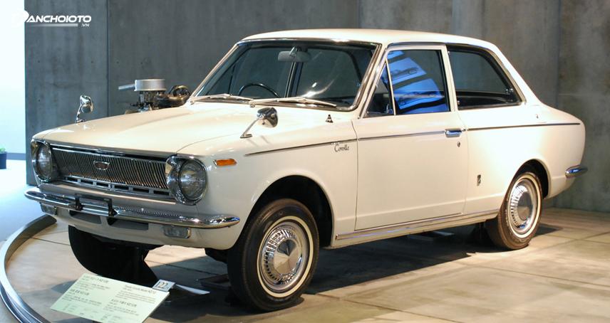 Toyota Corolla chính thức trình làng vào năm 1966 với kiểu xe 2 cửa