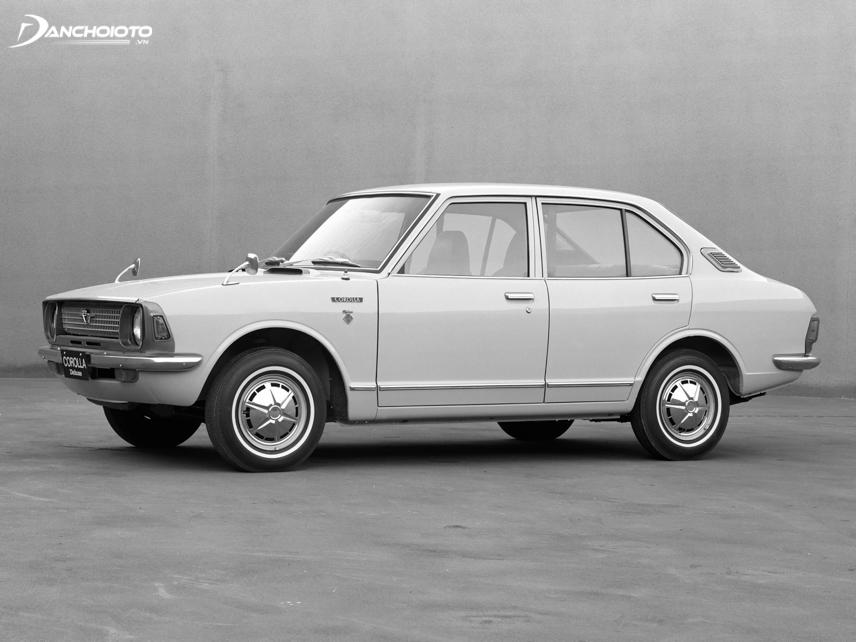 Toyota Corolla 4 cửa ra mắt vào năm 1971