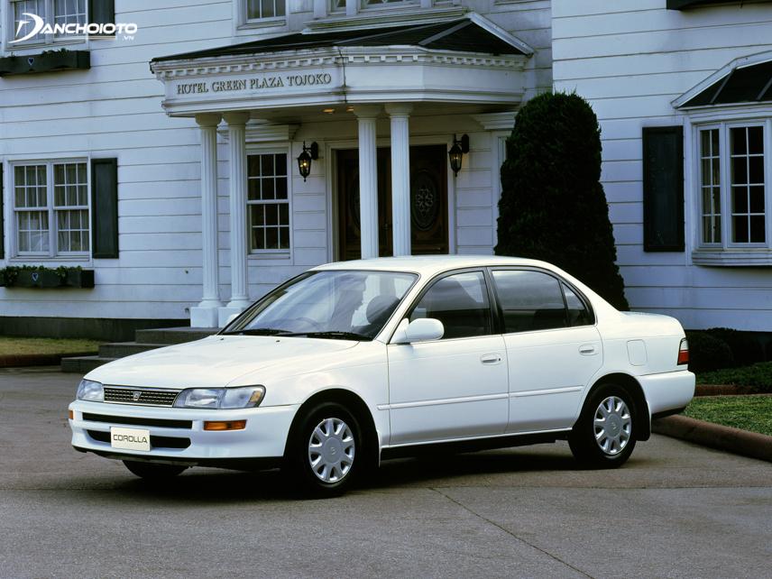 Toyota Corolla 1991 nổi bật với sự chuyển mình từ thiết kế vuông vắn sang kiểu dáng bo tròn nhẹ nhàng, thanh lịch