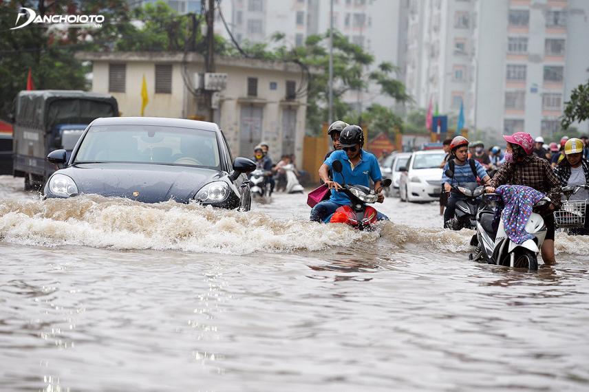 Lái xe thường xuyên trong tình trạng ngập nước sẽ khiến ắc quy gặp trục trặc