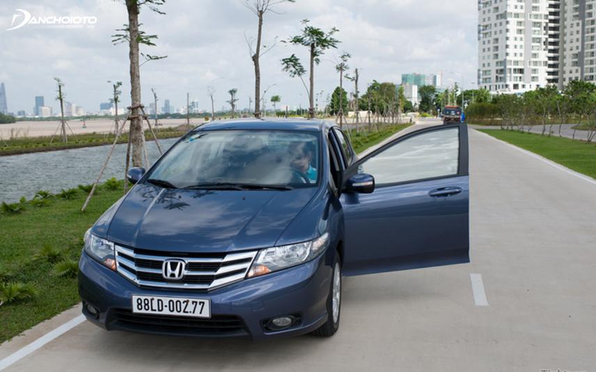 Honda City TOP 2013 có thiết kế đầu xe ấn tượng với kiểu calang 3 thanh được mạ chrome sáng bóng