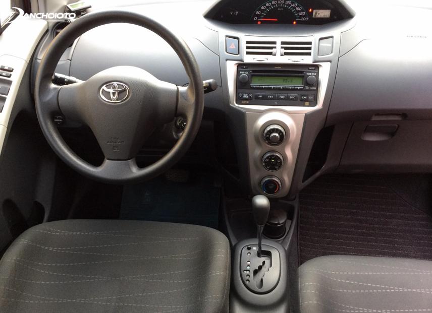 Nội thất Toyota Yaris 2011 đáng chú ý với cụm đồng hồ đặt ngay trung tâm