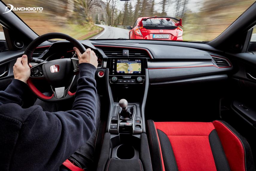 Chuyển sang chế độ S, người lái có thể cảm nhận rõ nét chất thể thao trên Honda Civic