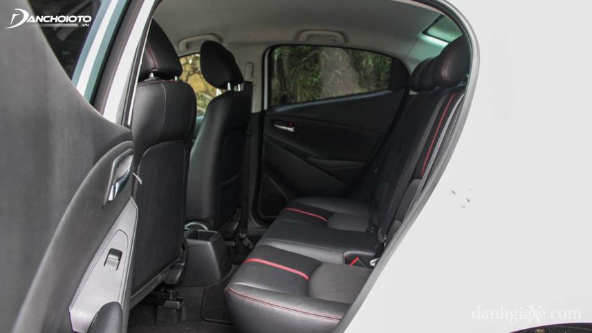 Hàng ghế sau Mazda 2 khá chật nếu ngồi 3 người