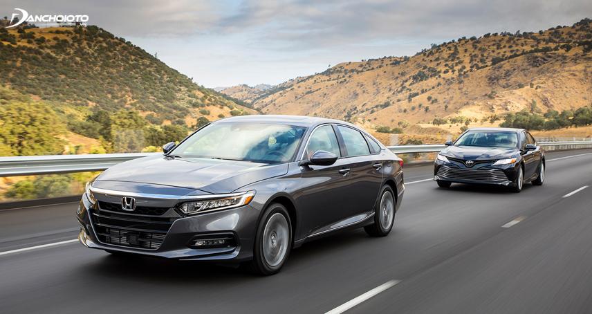"""Toyota Camry được xem là """"đối thủ truyền kỳ"""" của mẫu xe ô tô 5 chỗ Honda Accord"""