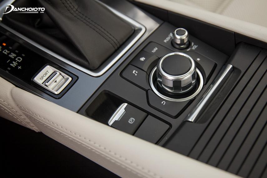 Nút điều khiển Mazda Connect cũng được đặt ở bệ giữa