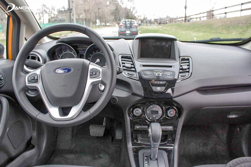 Bảng điều khiển xe Ford Fiesta với khá nhiều các phím bấm để sử dụng tiện ích