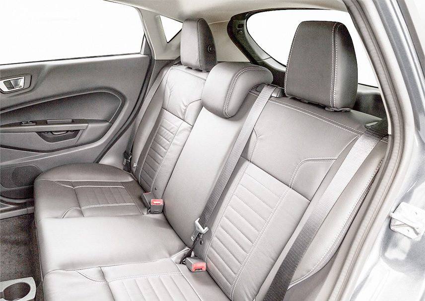 Khoang nội thất xe Fiesta với hàng ghế sau khá chật