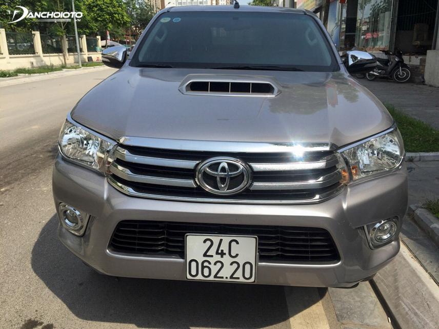 Đầu xe Toyota Hilux 2015 cũ được thiết kế hài hòa và hiện đại