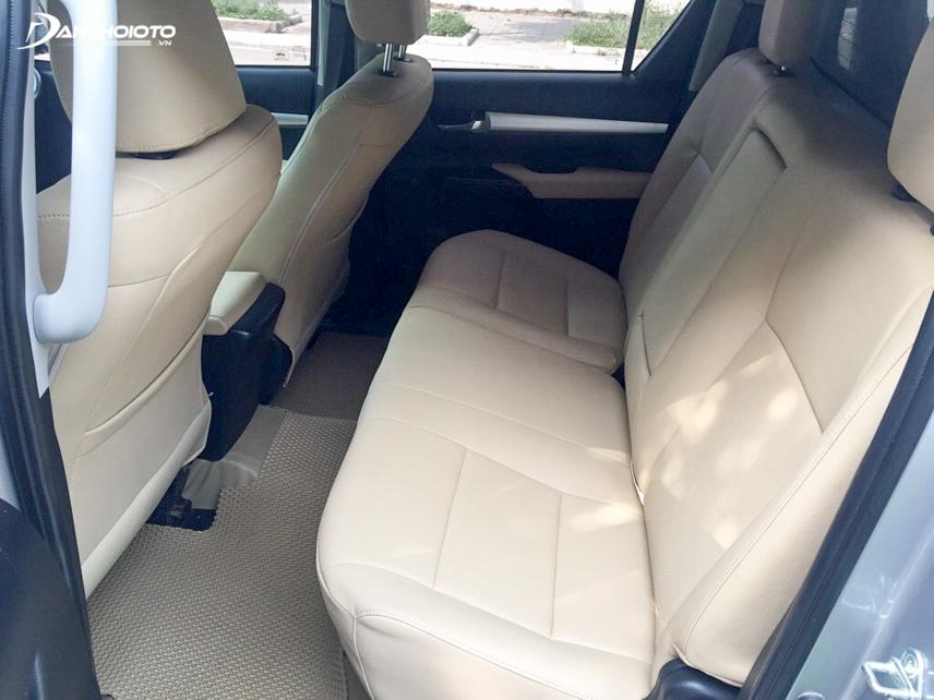 Không gian nội thất Toyota Hilux 2015 cũ rất rộng rãi