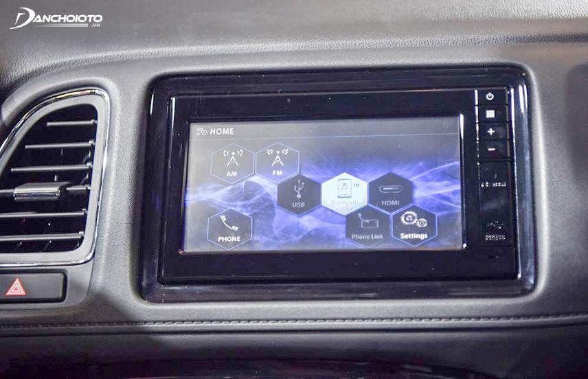 Hệ thống giải trí của xe sở hữu màn hình 6,8 inch dạng cảm ứng và có các kết nối tiện dụng