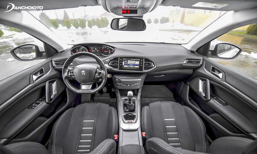 Nội thất Peugeot 308 có thiết kế sang trọng, hàng ghế trước rộng rãi và thoải mái