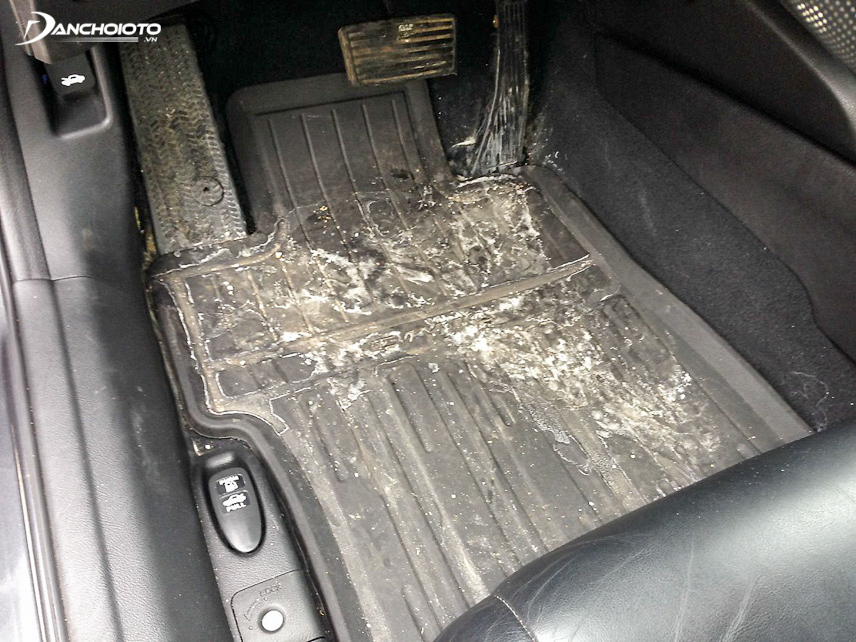 Chủ xe cần tháo sàn và kiểm tra vị trí bị ẩm