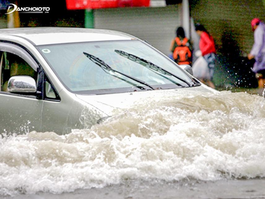 Xe ô tô bị ngập nước có thể khiến nước ngấm vào nội thất xe