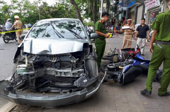 Khi xe xảy ra tai nạn, chủ xe hay người lái sẽ bồi thường thiệt hại