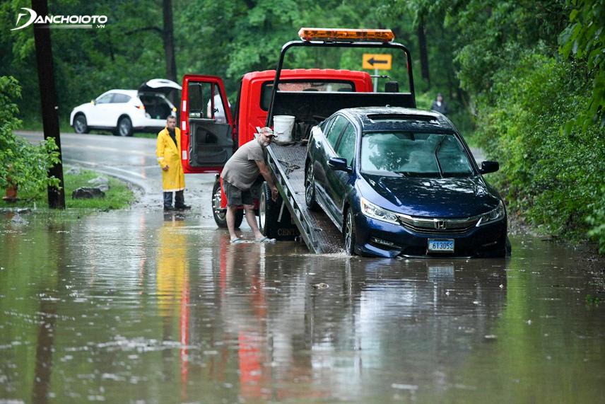 Không nên cố gắng nổ máy khi xe bị chết máy giữa vùng nước ngập thay vào đó hãy nhờ cứu hộ