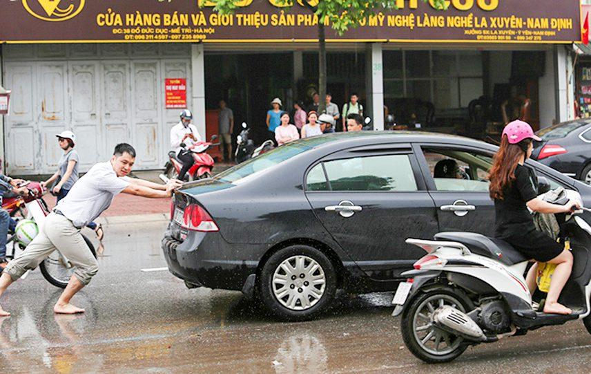 Hướng dẫn chi tiết các bước đẩy nổ xe ô tô hết bình
