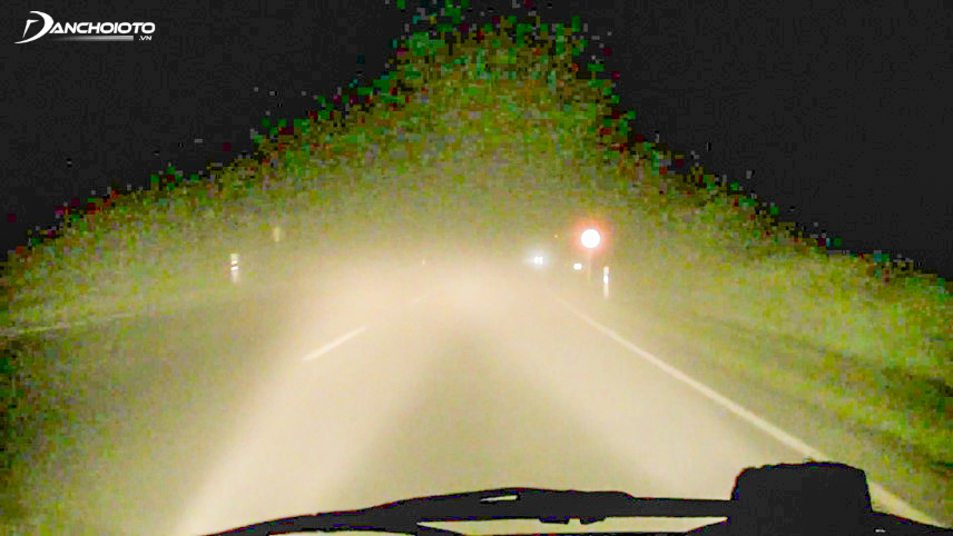 Không nên bật đèn pha khi lái xe đường sương mù