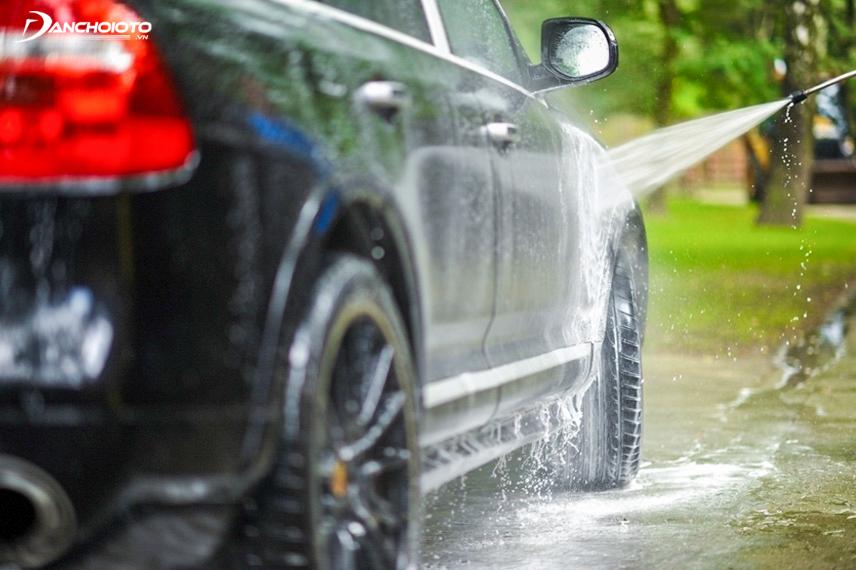 Khi rửa xe đừng nên dí máy phun quá sát bề mặt