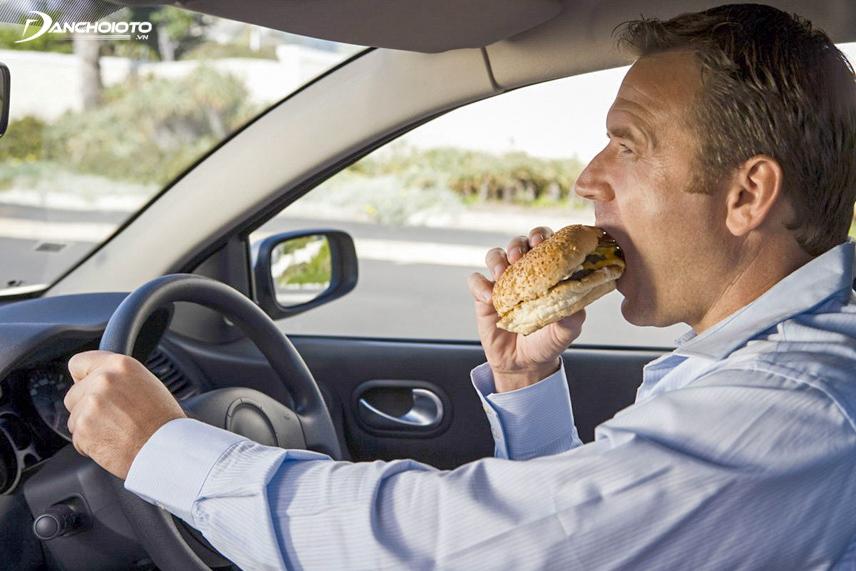 Ăn trên xe dễ khiến bạn dính những vết bẩn khó chịu