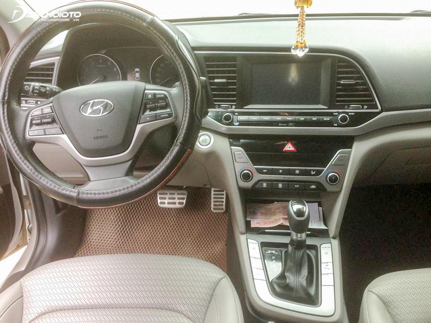 Không gian nội thất của Hyundai Elantra 2016 cũ rộng rãi và đầy đủ tiện nghi