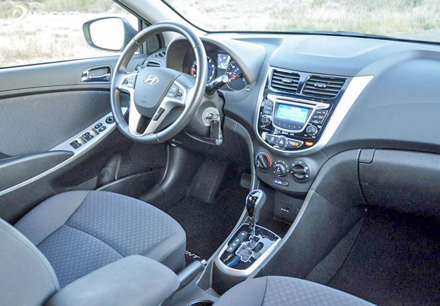 Không gian nội thất Hyundai Accent 2012 cũ khá rộng rãi và thoải mái