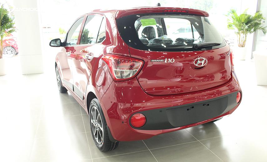Cản sau Hyundai i10 2017 - 2019 bằng nhựa đen rất to, ôm lấy hai tấm phản quang tròn đỏ ấn tượng