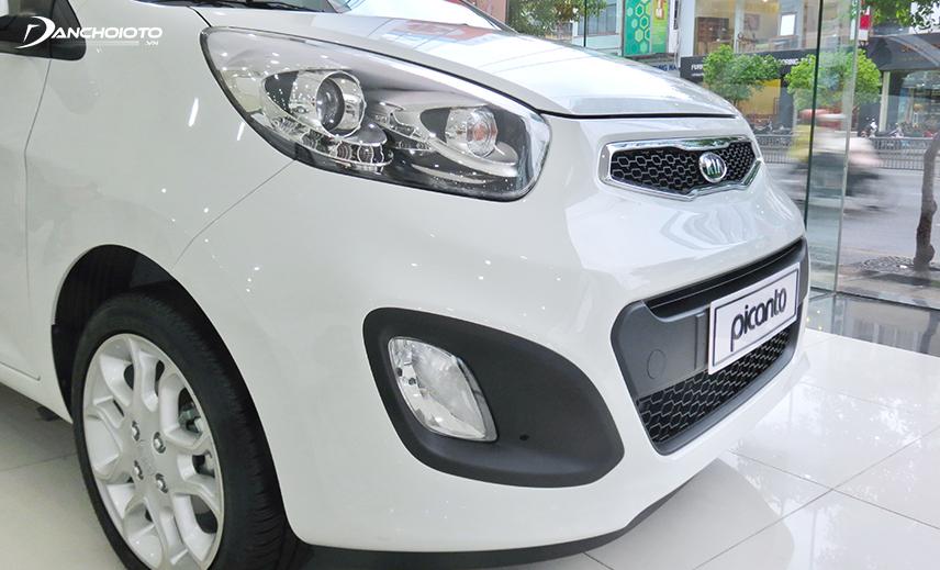Đầu xe Kia Morning 2012 - 2015 ngắn hơn thế hệ cũ, cụm đèn trước to và kéo dài gần hết capo