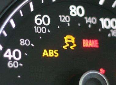 xe ô tô bị sáng đèn phanh