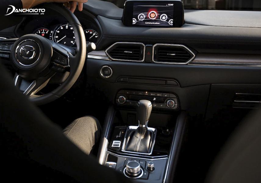 Bảng taplo của Mazda CX-5 có vẻ đẹp hơn bởi màn hình được thiết kế lồi lên