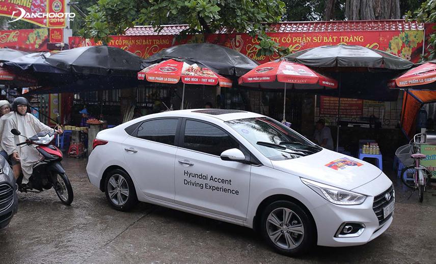 Hyundai Accent di chuyển nhẹ nhàng và thoải mái khi trong phố