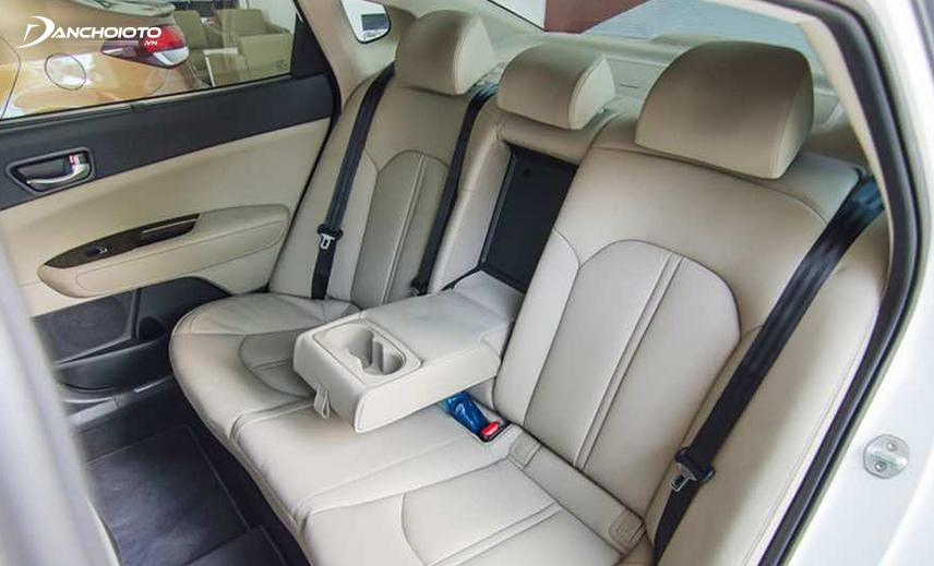 Ghế sau Kia Cerato rộng, có đủ tựa đầu 3 vị trí, khá thoải mái nếu ngồi 3 người