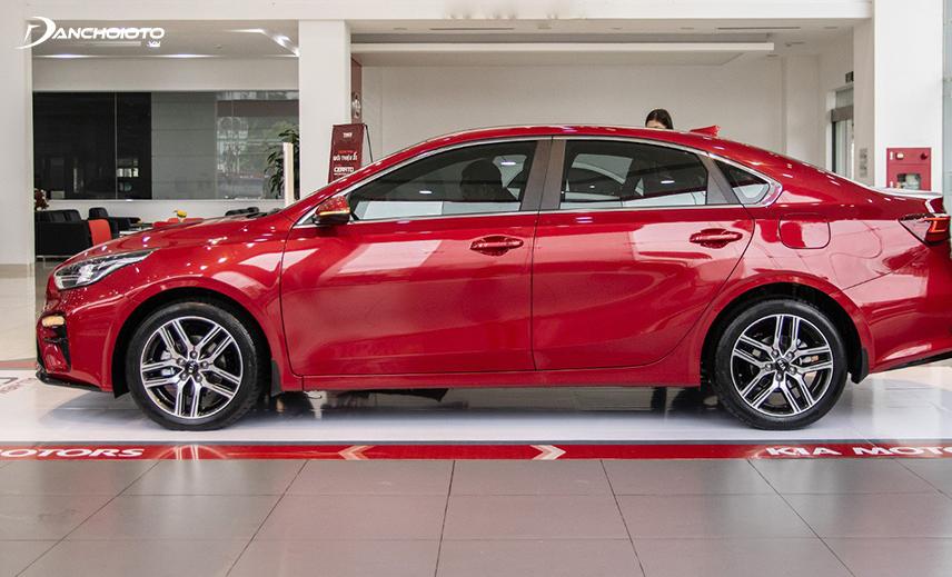 Ở thân xe Kia Cerato 2019 - 2020, đường viền dưới cửa kính được chỉnh lại thẳng tắp từ trước đến sau