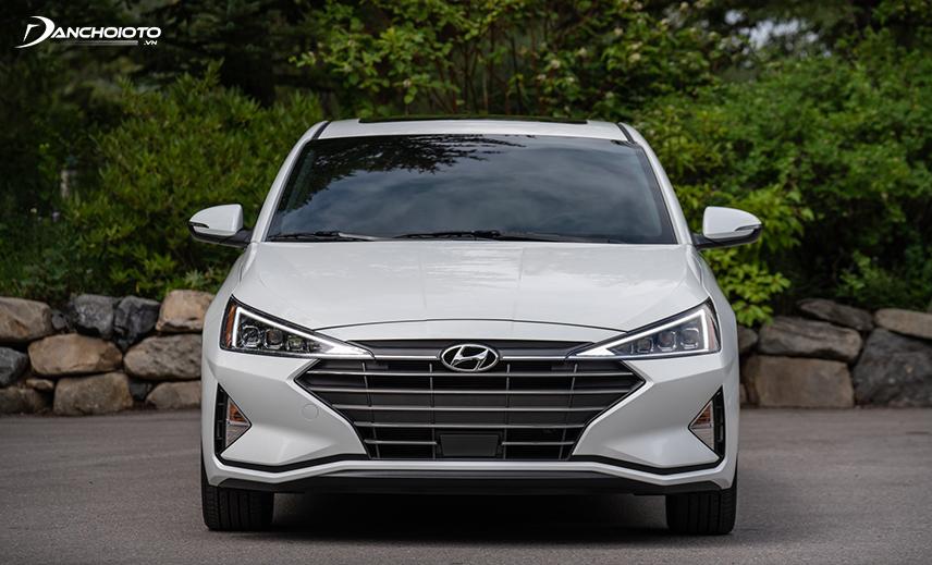 Đầu xe Hyundai Elantra 2019 - 2020 tạo ấn tượng mạnh với lưới tản nhiệt kiểu Cascading Grille