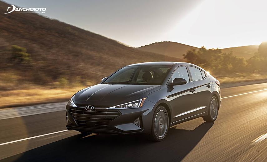 Hyundai Elantra 2019 ra mắt với với nhiều đường nét sắc sảo, hiện đại