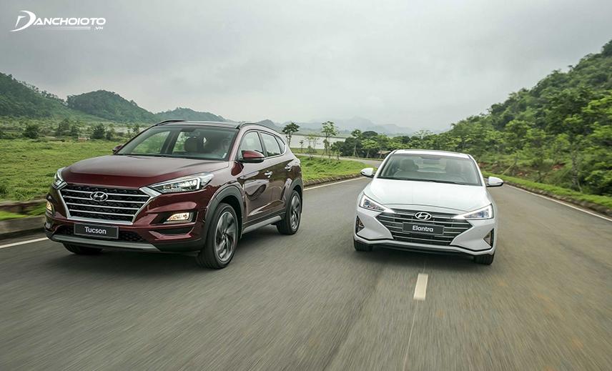 Khi xe Hyundai Elantra tăng tốc nhanh hơn, vô lăng bắt đầu nặng tạo cảm giác lái đằm chắc