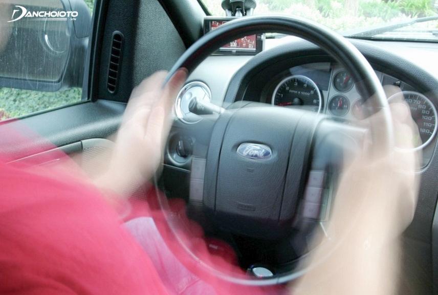 Vô lăng bị rung ảnh hưởng tới khả năng kiểm soát tay lái rất nhiều