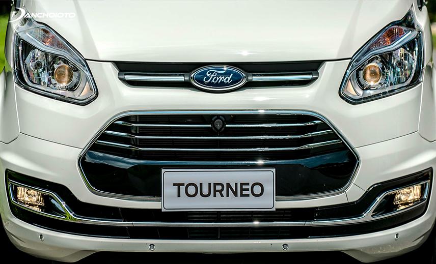 Ford Tourneo 2020 có lưới tản nhiệt hình lục giác mở rộng về 2 bên được viền chrome sáng bóng