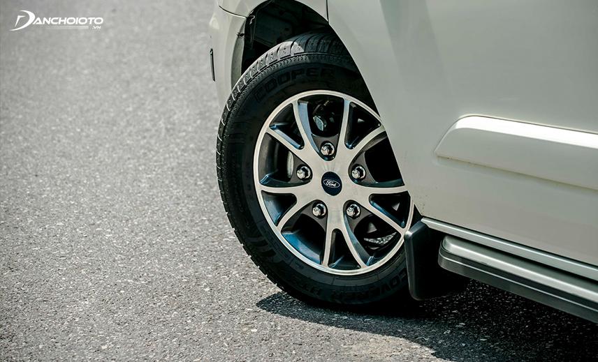 Nhìn tổng thể, bánh xe Ford Tourneo 2020 khá nhỏ