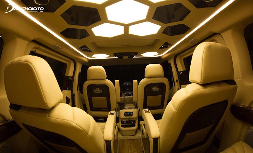 """Trần xe Tourneo Limousine được """"làm lại"""" trở thành một nơi """"trình diễn"""" ánh sáng đẹp mắt"""